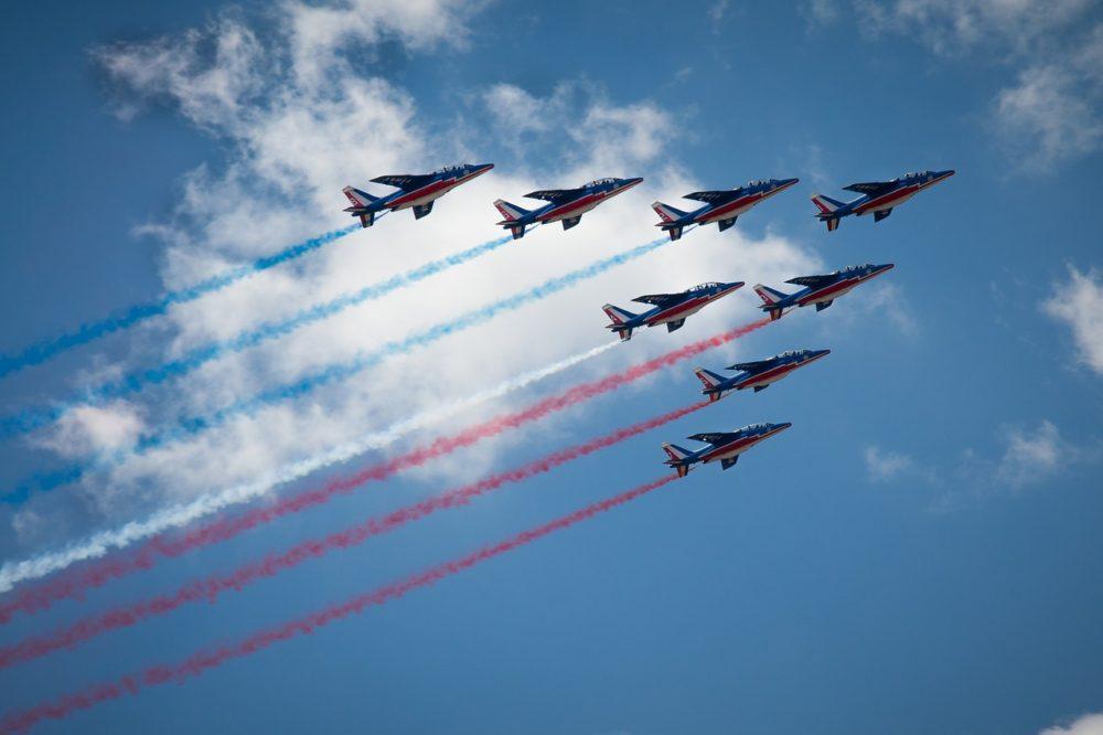 パリ革命記念日にパトルイユ・ド・フランスの珍事件が発生。フランス国旗が……?