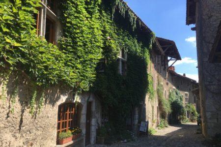 5分で1周できる!?小さいけれど魅力的なフランスの村、ペルージュ